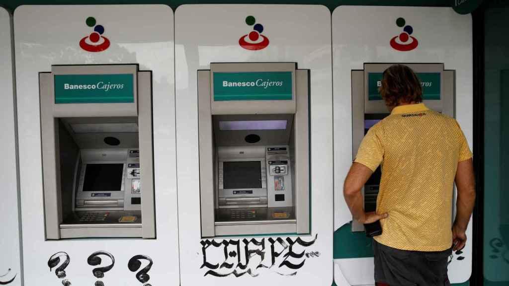 Varios cajeros de un banco en Caracas
