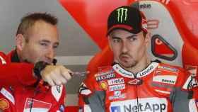 Lorenzo atiende las explicaciones de Christian Gabarrini, su ingeniero jefe, en el box de Ducati.