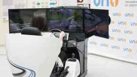 Los alumnos tienen clases prácticas con un simulador de furgoneta.