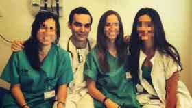 Pablo Escribano junto a varias compañeras de hospital.