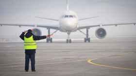 Se niega a perder su vuelo y salta a la pista para detener el avión