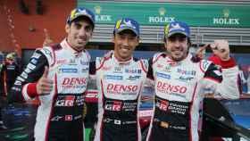 Alonso junto a sus compañeros de equipo