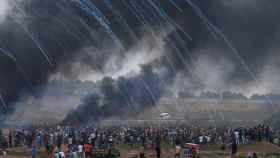 Botes de gas lacrimógeno lanzados por Israel caen sobre manifestantes palestinos