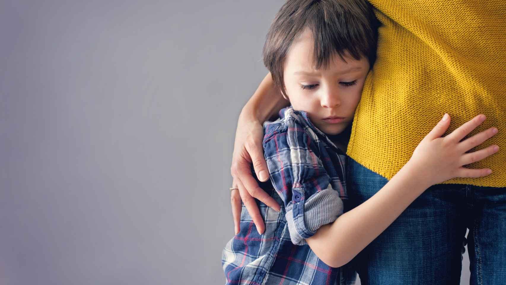 Un niño abraza a su madre.