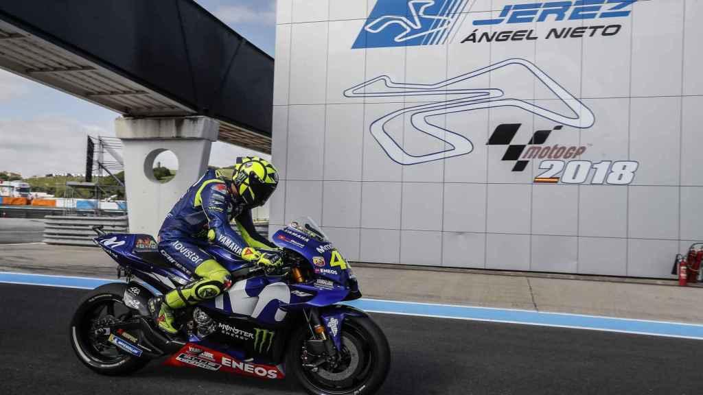 Valentino Rossi pasa por el letrero de Ángel Nieto en el circuito de Jerez.