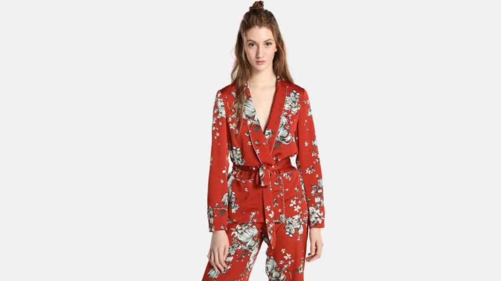 Un kimono para mujer de la marca Vila.