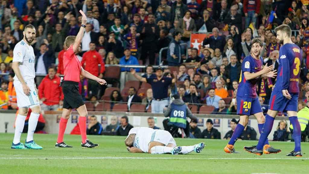Hernández Hernández expulsa a Sergi Roberto Foto: Manu Laya/El Bernabéu