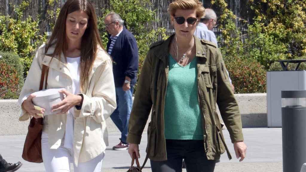 María Zurita junto a su amiga en el Hospital La Paz. Gtres.