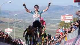 Tim Wellens celebra su victoria en la cuarta etapa del Giro.