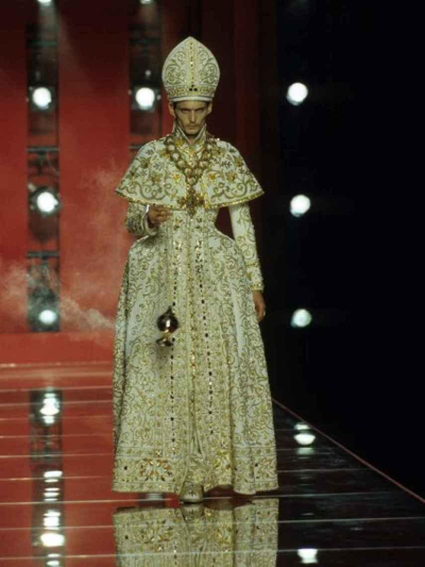 El traje de Papa de John Galliano para Dior, en el año 2000.