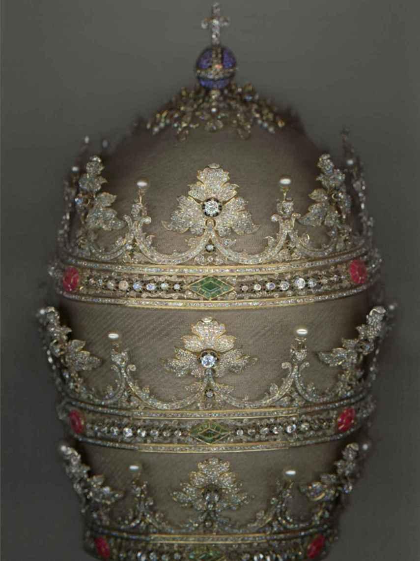 La tiara que Isabel II regaló a Pío IX, con 18.000 diamantes, rubíes, zafiros y esmeraldas.