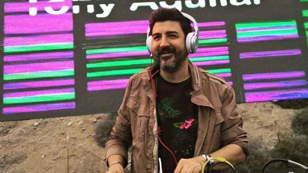 Tony ejerciendo de DJ.