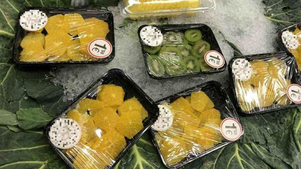 Fruta pelada, troceada y vendida envuelta en plástico: un absurdo que denuncia #Desnudalafruta.