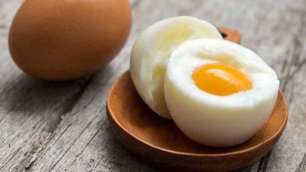 Un huevo cocido contiene alrededor de 200 miligramos de colesterol.