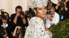 Rihanna, en la alfombra roja de la gala del MET, previo a la exposición.