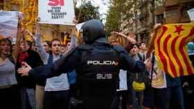 Un policía nacional, trabajando durante una manifestación separatista.