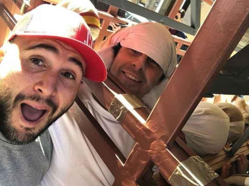 Los dos hermanos durante los ensayos de costaleros. Redes Sociales.