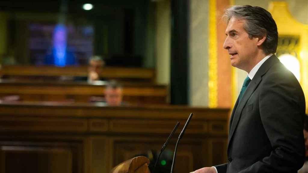 El ministro de Fomento,  Íñigo de la Serna, defiende en el Congreso la limitación de licencias a Uber y Cabify.