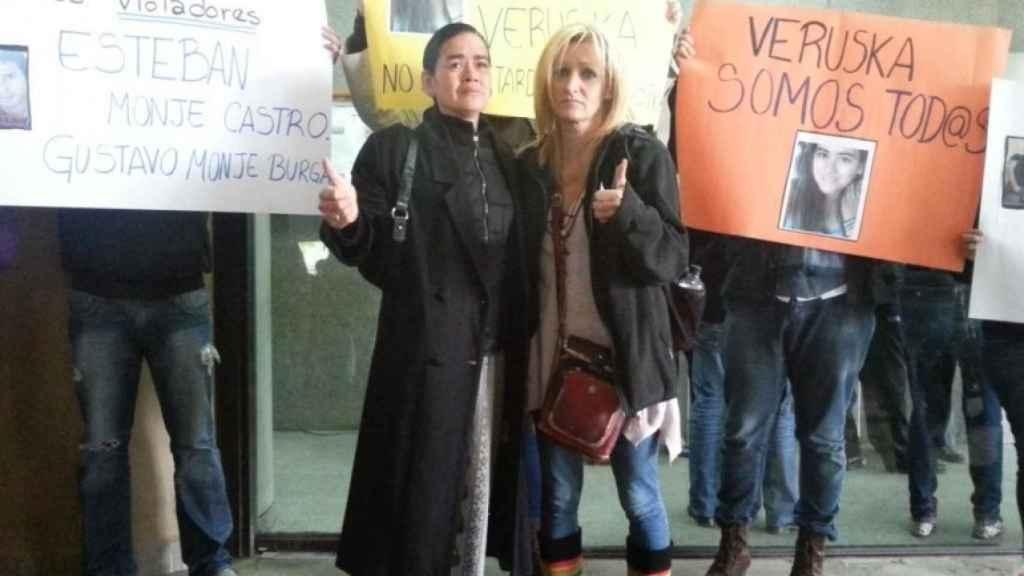 Renee (derecha) apoyando a la madre de Veruska Valdivia (izquierda) en el Palacio de Justicia de Santa Cruz.