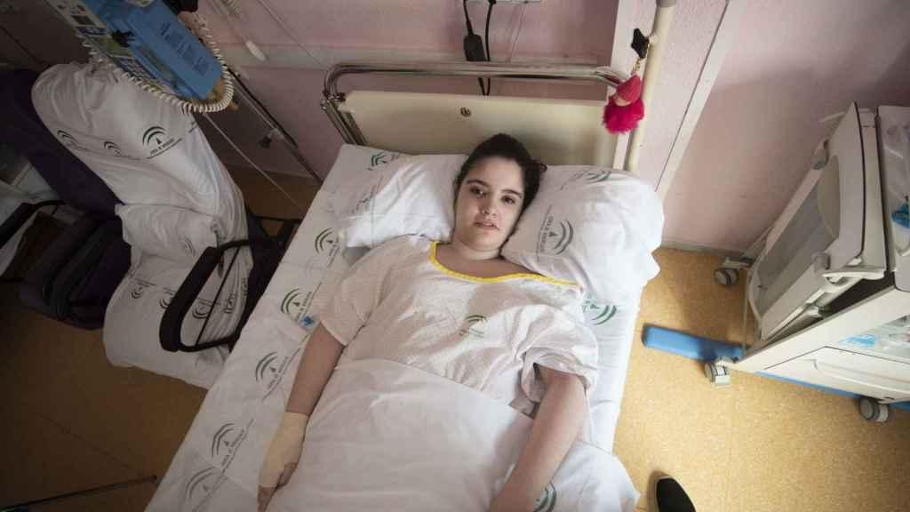 Alba Pacheco, una joven de 18 años de Jerez de la Frontera (Cádiz) vive postrada en una cama desde hace 18 meses porque la Junta dice que su desviación de espalda no es operable.