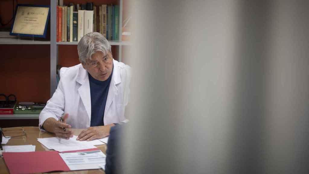 El doctor Mario Velarde,  que hace unas semanas, tras conocer el caso de Alba por la prensa local, se prestó a operarla gratuitamente.