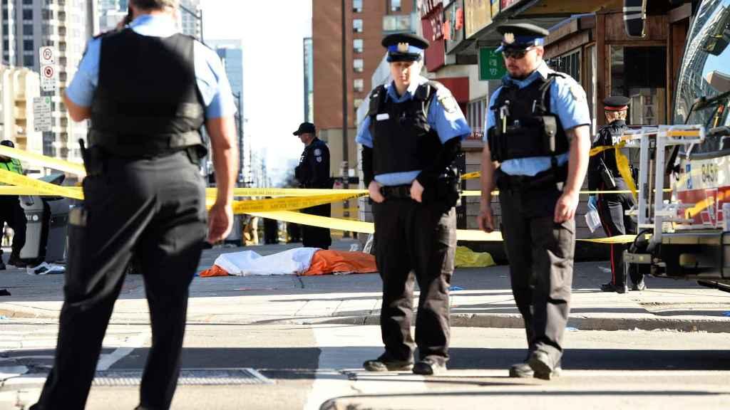 Unos policías en la escena del crimen.