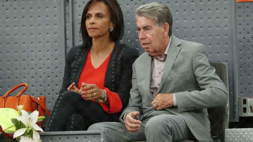 Manolo Santana y su mujer Claudia en imagen de archivo.