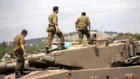 Tanques israelíes Merkava son desplegados cerca de la frontera entre Israel y Siria.