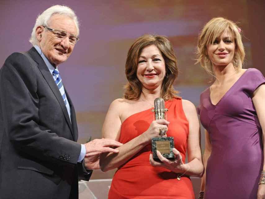 Susanna Griso y Ana Rosa junto a Luis del Olmo en los Premios micrófonos de oro. Gtres.