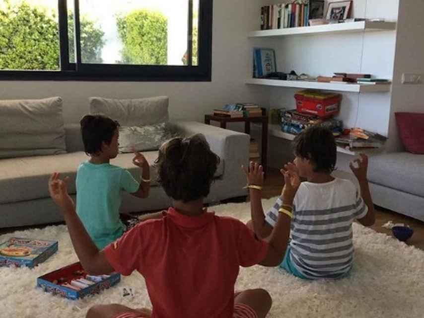 Imagen de los mellizos de Ana Rosa y  su sobrino en unas vacaciones.