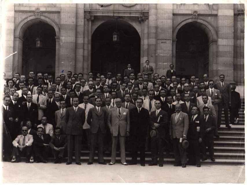 Baudín es la única mujer en las fotografías de la oposición.