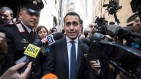 Luigi di Maio atiende a los periodistas tras reunirse con Salvini.