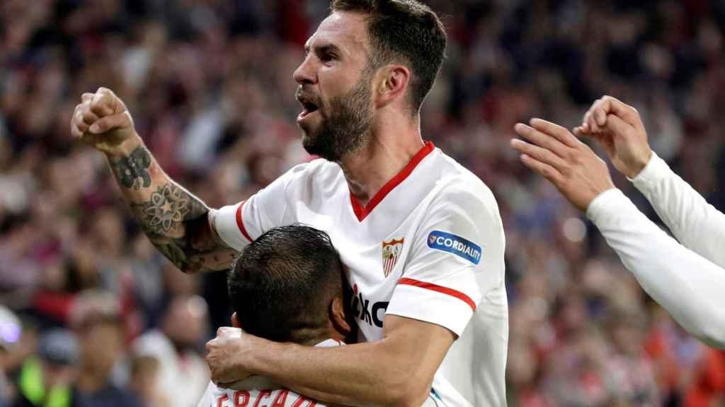 Layún celebra un gol con Mercado