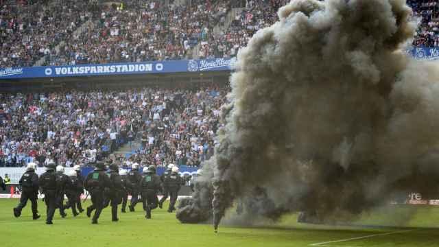 Los ultras lanzaron bengalas al campo y pararon el partido en el que descendieron.
