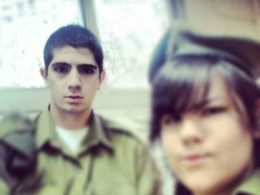 Netta con uno de sus compañeros de la armada.