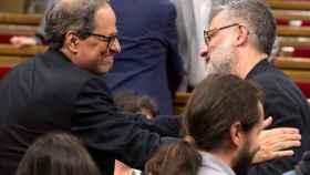 Quim Torra saluda al diputado de la CUP Carles Riera en el Parlamento de Cataluña el pasado sábado.