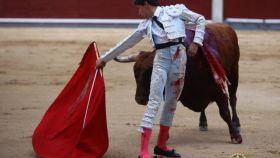 Inicio de un circular de Espada al tercer toro al que cortó la oreja