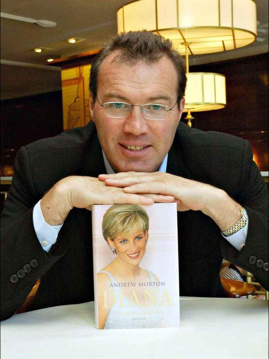 Andrew Morton posando con su libro sobre Diana de Gales.