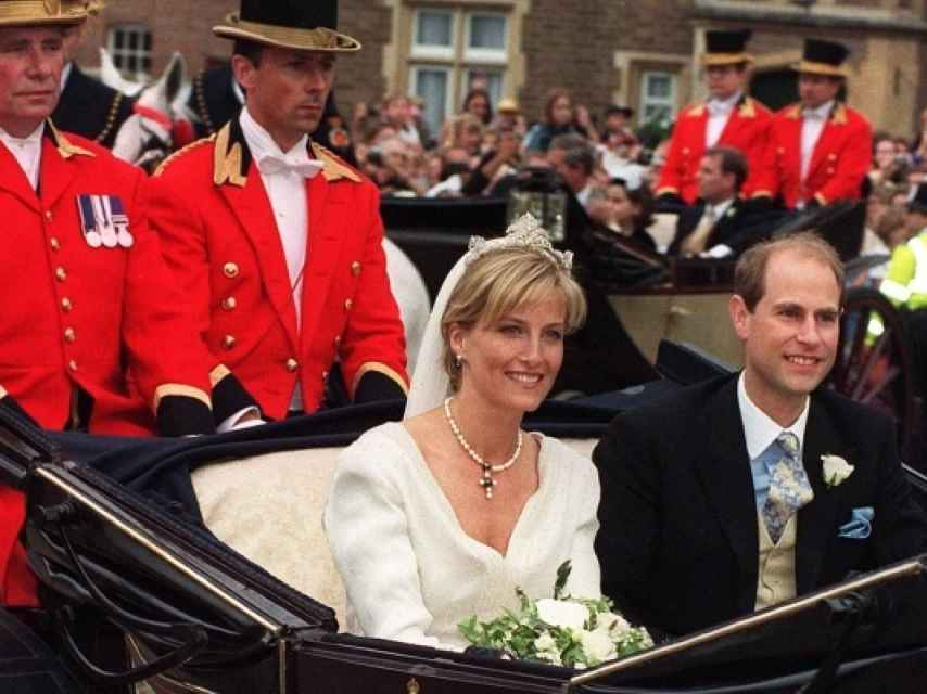 Imagen de la pareja saliendo en el coche de caballos. Kensington Palace.