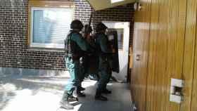 Tres miembros de la Guardia Civil, durante el operativo.