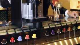 Cápsulas de café a la venta en una cafetería especializada.