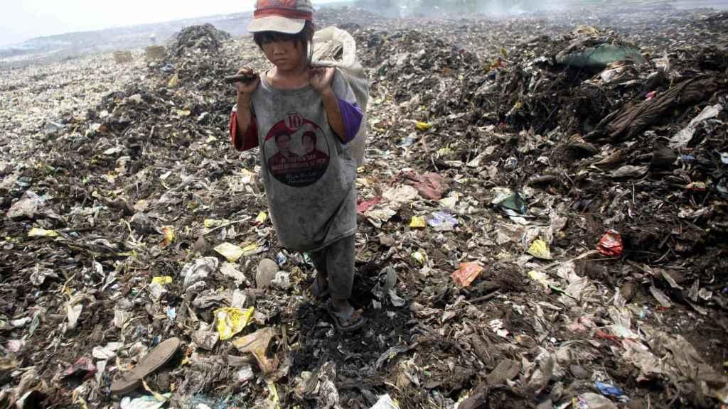 Leni Zeika, una niña de diez años que vive de recuperar plástico reciclable con su familia en un vertedero de Sumatra, Indonesia.