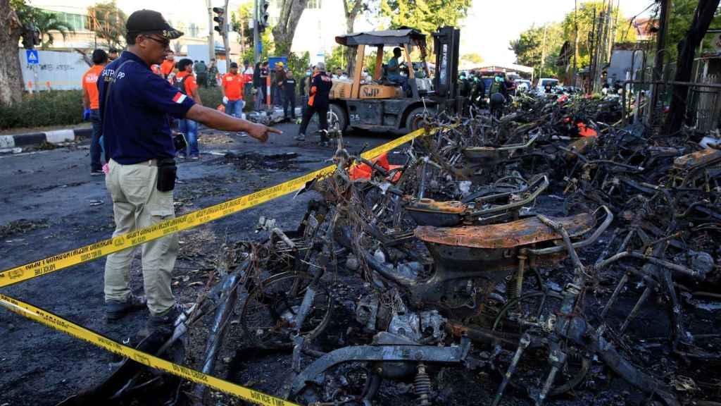 Motos calcinadas en Surabaya tras los ataques.