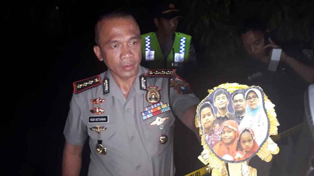 El jefe de policía muestra una imagen de la familia terrorista que atentó en Surabaya.
