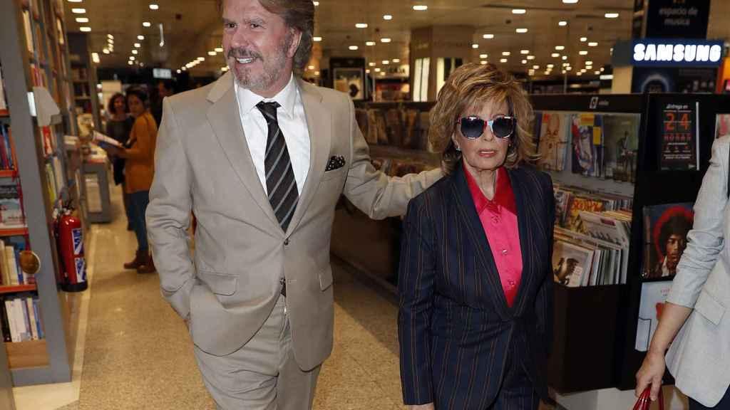 María Teresa y Edmundo en la firma de discos.
