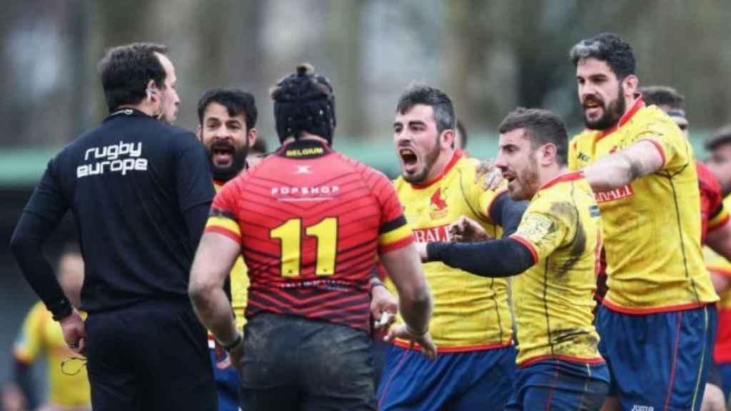 Jugadores españoles de rugby protestan al árbitro en el duelo ante Bélgica.