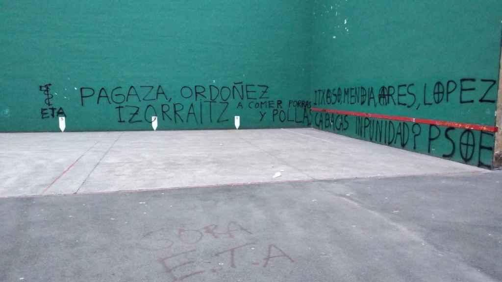 Las pintadas de odio y amenazas que han aparecido este 15 de mayo en el frontón de Hernani.