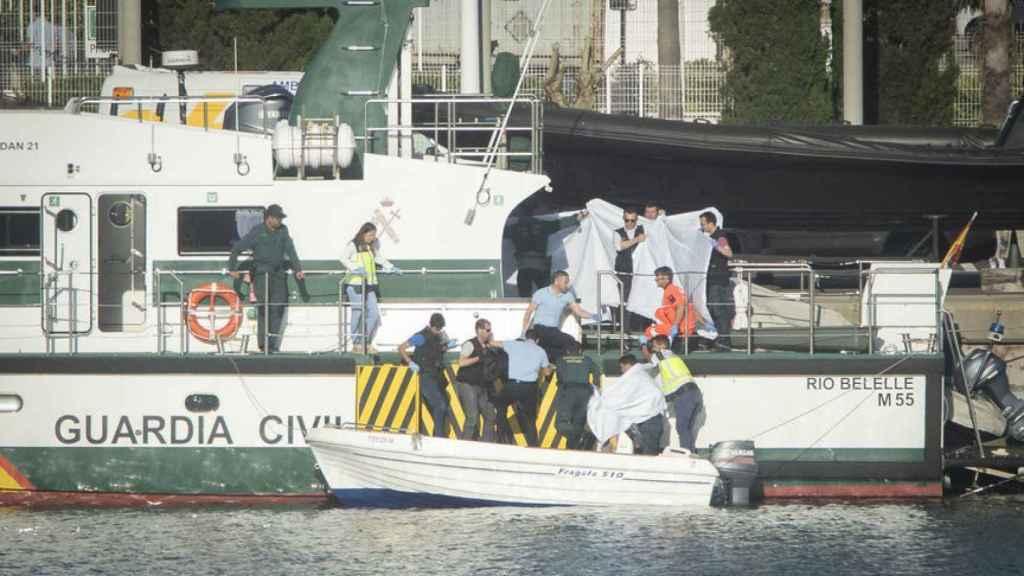 Los agentes de la Guardia Civil trasladan el cuerpo del menor.