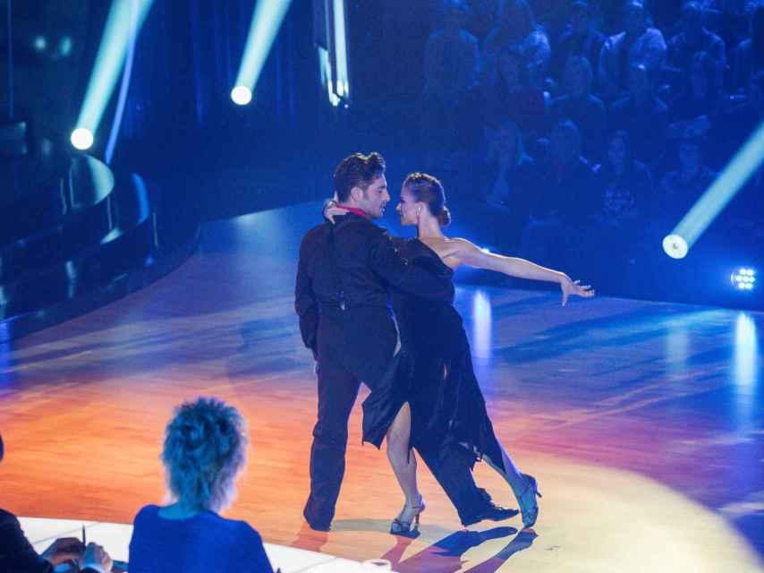 La pareja sobre el escenario interpretando el tango. Gtres.