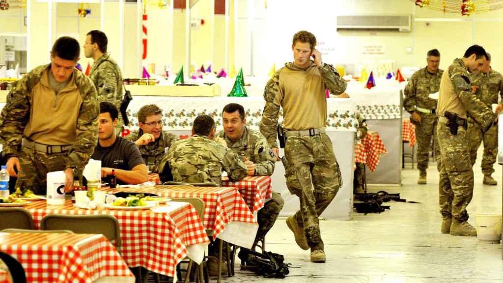 Harry, de pie en el centro de la imagen, durante su aventura en el ejército.